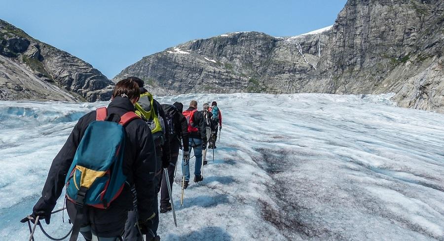 randonnée de groupe dans les fjords