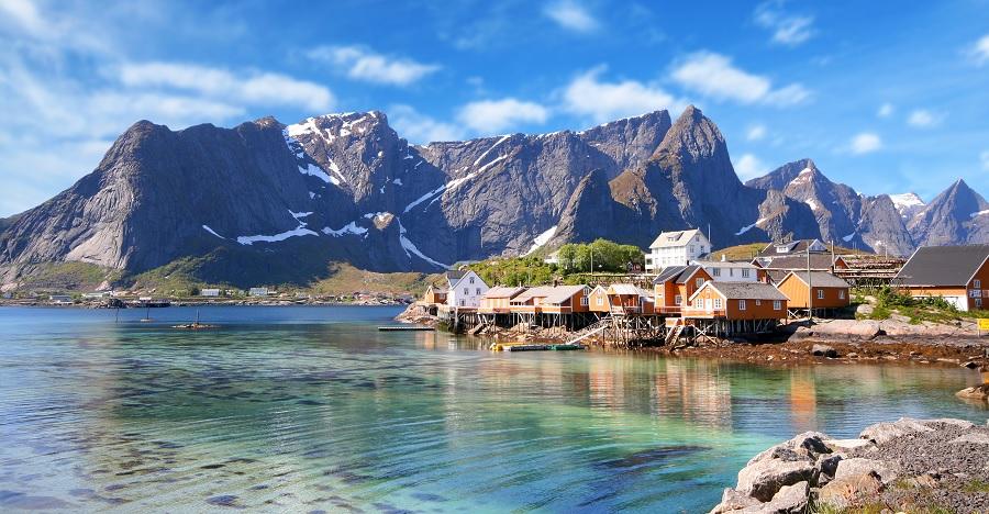 village en bord de lac au pied des fjords